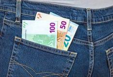 Cédulas do Euro que colam como um raio o bolso das calças de brim Fotografia de Stock Royalty Free