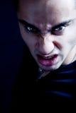 Ceño fruncido del hombre malvado siniestro asustadizo del vampiro fotos de archivo