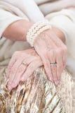 Ce bracelet semble bon sur ma main Image libre de droits