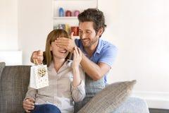 Ce cadeau pour la femme de ma vie Maison, surprise, divan, Photographie stock