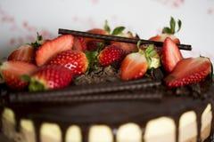 Ce gâteau triple de mousse de chocolat Photos libres de droits