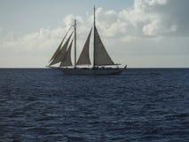 Ce navire océanique, un métier de flottement attaché au bleu éternel, synonyme tenu et embrassé pourtant capturé et au caprice de Photo libre de droits