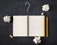 Ce qui écrivent aujourd'hui Une bonne feuille de note avec feuilles chiffonnées o Photos libres de droits