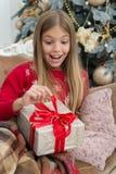 Ce qui est à l'intérieur Le matin avant Noël Petite ballerine An neuf heureux L'hiver achats en ligne de Noël Vacances de famille image libre de droits
