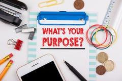 Ce qui est votre but Bureau avec la papeterie et le téléphone portable Images stock
