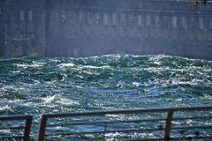 Ce qui s'enroule roulera vers le bas, les eaux mystiques des chutes du Niagara Image libre de droits