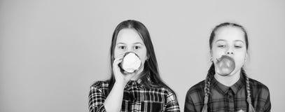 Ce qui sont vous mangeant aujourd'hui Peu filles mangeant des pommes Petits enfants choisissant la consommation saine Consommatio photo libre de droits