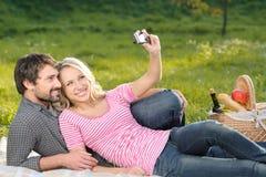 Ce sera le grand tir. Jeunes couples affectueux prenant le photog Photo stock