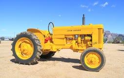 Tracteur américain classique : John Deere, jaune éditent. Photo stock