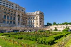 Ceausescupaleis en tuinen in de zomer in Boekarest Stock Foto's