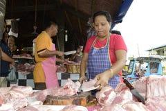 CEBÚ - FILIPINAS - ENERO, 7 2013 - goinjg de la gente al mercado local Foto de archivo