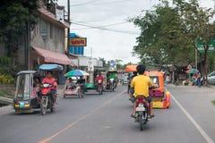 CEBÚ - FILIPINAS - ENERO, 7 2013 - tráfico congestionado calle de la ciudad imagen de archivo