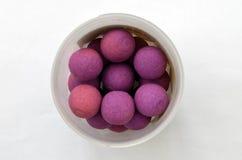 Cebo de pesca púrpura de la carpa Boilies redondo en pote Imagen de archivo
