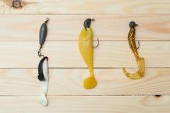 Cebo para coger pescados en un foco selectivo del fondo de madera Fotografía de archivo