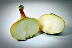A cebola cortou em duas fatias Foto de Stock Royalty Free