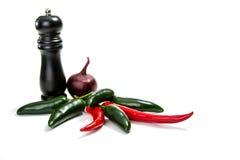 Cebola, pimentas de pimentão e pimenta de sino vermelha, amarela e verde no fundo branco Fotografia de Stock Royalty Free
