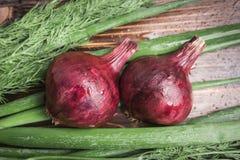 Cebola vermelha, cebolas verdes e aneto em um fundo de madeira marrom Fotografia de Stock