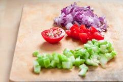 Cebola vermelha cortada, tomates de cereja e aipo verde Fotografia de Stock Royalty Free