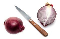 A cebola vermelha cortou ao meio com uma faca Fotos de Stock Royalty Free
