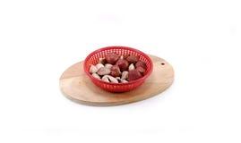Cebola vermelha e alho na placa de corte de madeira Imagem de Stock
