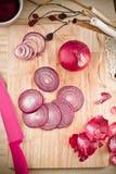 Cebola vermelha na placa de desbastamento Fotos de Stock Royalty Free