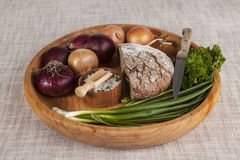 Cebolas, bandeja de madeira do pão de mistura com salsa e sal e aipo, faca Fotografia de Stock