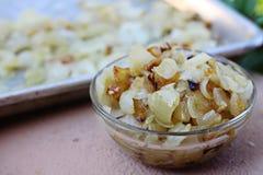 Cebolas caramelizadas em uma bacia Fotografia de Stock Royalty Free