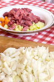 Cebolas desbastadas na placa de madeira da cozinha Cebolas frescas cortadas Fotos de Stock