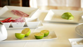 Cebolas do limão e outros ingredientes em uma mesa de cozinha filme
