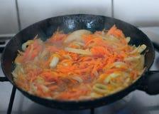 Cebolas e cenouras fritadas Fotografia de Stock