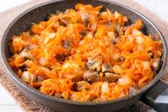 Cebolas e cenouras fritadas, sopa de enchimento, alho, alimento caseiro fotografia de stock royalty free