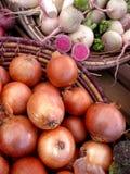 Cebolas e nabos do mercado dos fazendeiros Fotos de Stock Royalty Free