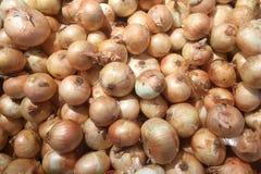 Cebolas frescas Cebolas para o fundo Cebolas maduras Cebolas no mercado Foto de Stock