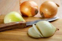 Cebolas na mesa de madeira Fotografia de Stock Royalty Free