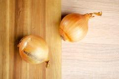 Cebolas na mesa de madeira Foto de Stock Royalty Free