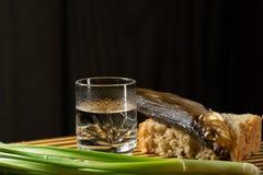Cebolas verdes ainda alco?licas de p?o fresco dos peixes da vodca imagens de stock