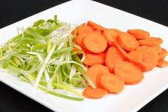 Cebolas verdes e cenouras preparadas para a fritada do Stir Imagem de Stock Royalty Free