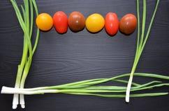Cebolas verdes na tabela imagens de stock