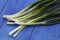 Cebolas verdes no fundo de madeira Foto de Stock Royalty Free