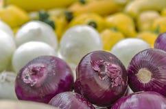 Cebolas vermelhas frescas no mercado de um fazendeiro Foto de Stock Royalty Free
