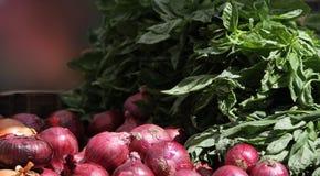 Cebolas vermelhas para a venda em um mercado local dos fazendeiros. fotografia de stock royalty free