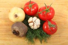 Cebolla, ajo, remolachas, tres tomates y manojo de las hojas frescas del eneldo Fotografía de archivo libre de regalías