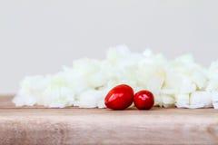 Cebolla blanca cortada en cuadritos con Chillis rojo Imagen de archivo
