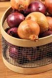 Cebolla blanca y roja en una cesta Fotografía de archivo