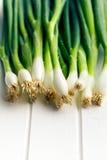 Cebolla de la primavera en la tabla blanca Fotos de archivo