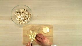 Cebolla del corte de la cocina en la opinión superior del tablero de madera almacen de video