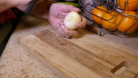 Cebolla del hombre que taja en la cocina almacen de video