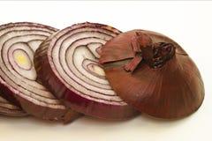 Cebolla roja cutted en rebanadas Foto de archivo