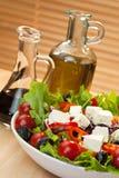 Cebolla roja de la pimienta del tomate y ensalada verdes olivas del queso Feta Foto de archivo libre de regalías