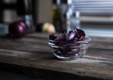 Cebolla roja en una tabla de madera Imagen de archivo libre de regalías